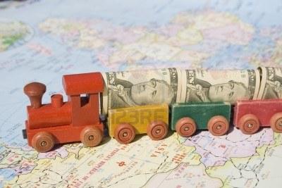 4080428-commerce-international-un-petit-train-charge-avec-des-dollars-americains-en-cours-dans-toute-l-39-as